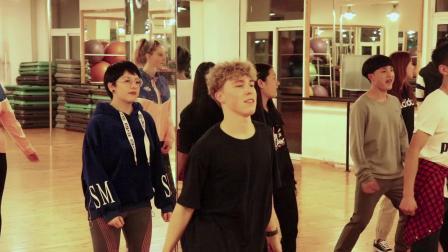 德国古堡学院学生交流团在标榜