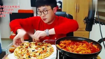 红衣小哥吃水果披萨和一锅超辣意大利面,满满的辣椒酱,辣得爽呀