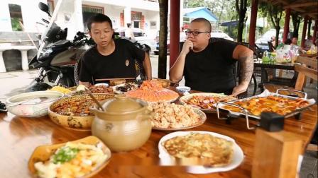 桌上摆着一堆美食,可老板却强烈推荐这道椒麻鸡,真有那么好吃?