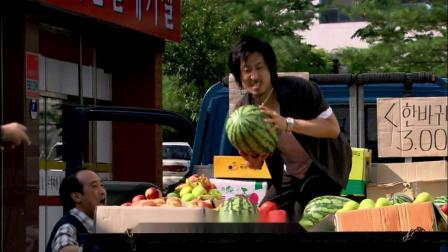 便衣坐电梯偶遇匪徒,一路爆笑追捕,卖水果的大叔太抢镜
