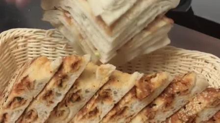 葱花饼和面比例一些面粉加入盐泡打粉酵母各五克温水三百克和成面团,发半个小时开始制作,喜欢的点亮爱心加个关注