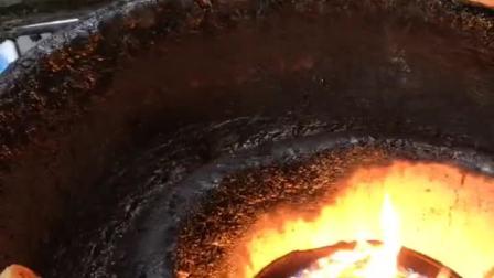阿大葱油饼的制作过程是先煎炸后烘烤,刚出锅的葱油饼酥酥脆脆的非常好吃!