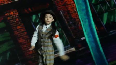 小蘑菇一身男装帅气利落,现场唱跳演绎《茉莉之恋》 中国嘻哈颁奖典礼 20181208