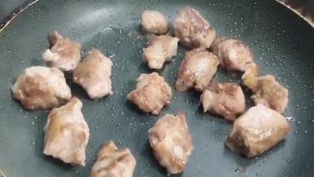 选用的红膘牛肉  加一点点盐,鸡精,红酒腌味  用黄油煎成6-7成熟  锅中加入胡辣油,姜蒜,干辣椒花椒炒香 鸡精,少许白糖,孜然粉调味   我们店不准用味精,