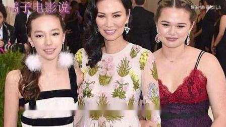 邓文迪迎来50岁生日,俩混血女儿晒照为她庆生,三人同框笑容灿烂