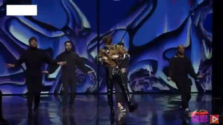 蔡徐坤头条年度盛典中场表演,舞台表现超级稳,皮裤造型实在太撩了