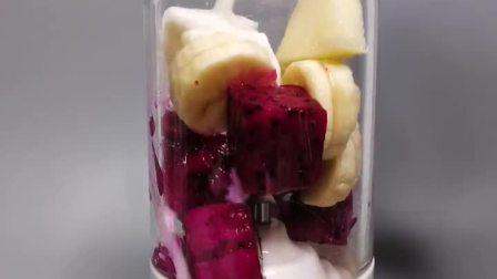 原料:火龙果 香蕉 苹果 纯牛奶     具有美容养颜,排毒清肠,促进消化,美容养颜等功效  找亮点😅😅😅