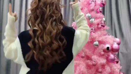 #这个圣诞好嗨哟 你们喜欢什么颜色的圣诞树呢?