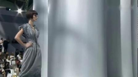 香奈儿时装秀_长款裙子真修身_真想买一件_回头率想必很高
