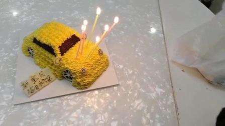 江瑞钊六岁生日插蜡烛。