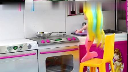 芭比美人鱼故事妈妈不在家姐姐炒菜,味道真的是太咸小新孖孖