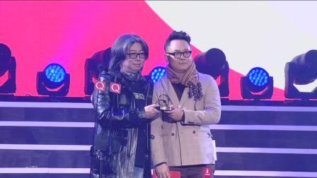 龙隆颁发编辑部推荐厂牌,李俊驹上台领奖并致词 英国Q年度音乐盛典 20190106