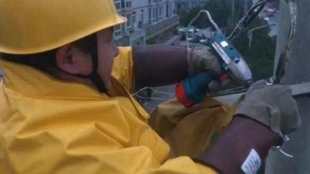 最心疼的等待:父亲高空抢修电线 3岁儿子寒风中守候