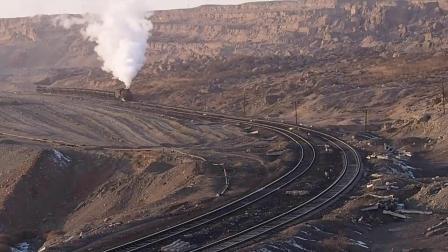 新疆哈密地区三道岭煤矿建设型蒸汽机车,在戈壁滩上前进