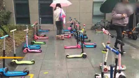 幼儿园门口停满滑板车 网友: 孩子也要抢车位了_热点
