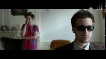 他假扮盲人去偷窥客人,几分钟看完《调音师》