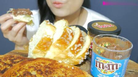 国外女吃货EDESIA,巧克力涂抹酱配法式布里欧修面包、脆烤面包片