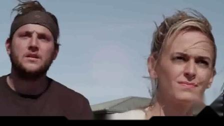 4分钟看搞笑大片《夺命三头鲨》,美女游泳遭到鲨鱼攻击!