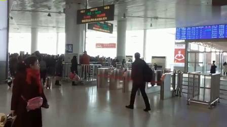 山东潍坊火车站候车大厅,等候D6072次列车检票的旅客