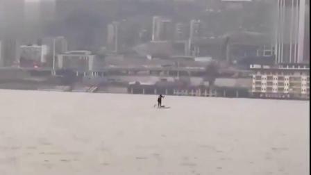 重庆家住长江南司在长江北 男子划桨板渡江上班
