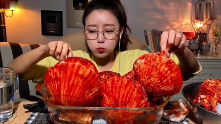 宽粉小姐姐吃大扇贝,抓在手上就直接?#26657;?#28385;嘴红油辣得过瘾