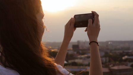 Y-1009-高清女孩背影实拍视频素材女孩在城市的地平线上拍照
