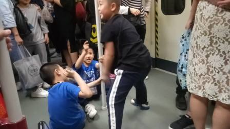 广州地铁1号线里面的一群孩子对另一个孩子说小儿子