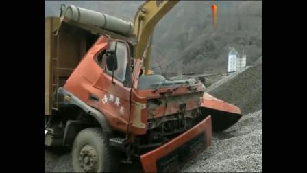 得罪挖掘机司机,这货车司机下场太惨了!