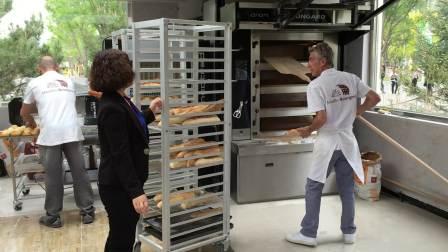 世园会法国馆,面包师傅烤出香甜可口的法棍面包,20元一根。