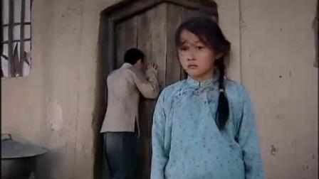 女孩躲在养母怀里放声大哭?这是受什么委屈了