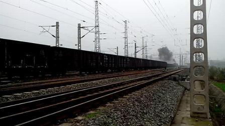 万州红溪沟码头专用线 DF7G+DF5牵引货列交汇宜万线进站K529次(杭州~成都东)2014-12-24