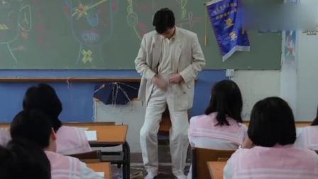 学生使坏整蛊老师,在椅子上涂了强力胶,老师脱掉一条裤子还有一条