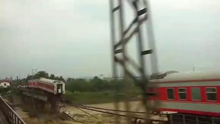 西安到昆明的165次车,桥被冲毁,中部车厢掉江里,刚发生的。