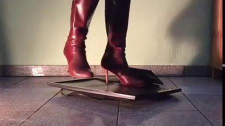 红色高跟靴踩踏