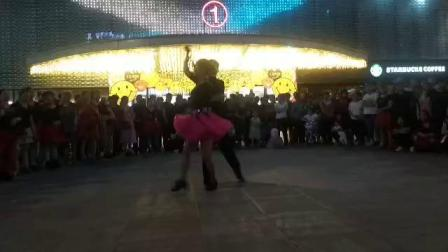 朱丽萍老师表演三步踩