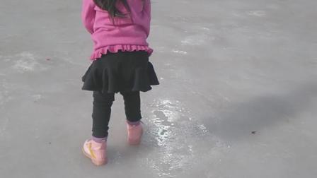 宝宝孔雀河滑冰