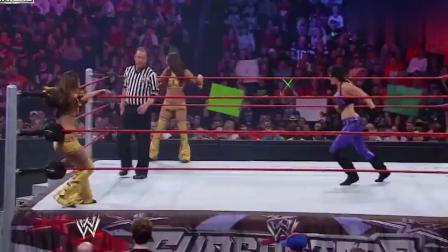 WWE:超级明星贝拉双胞胎狂虐对手,裁判都拦不住!