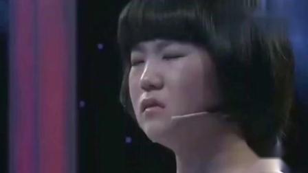 直播现场出意外,小女孩冲下台狂奔出去,蹲在地上就痛哭流涕