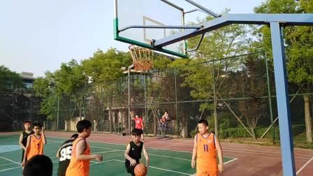 2019年7月25日下午家孙(30号)在秦皇岛北戴河蔚蓝海岸别墅小区球场和吉林省來秦的小朋友的篮球比赛(05)
