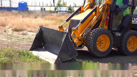 车轮掉在小拖拉机上迪玛骑在动力车轮拖拉机上帮助爸爸