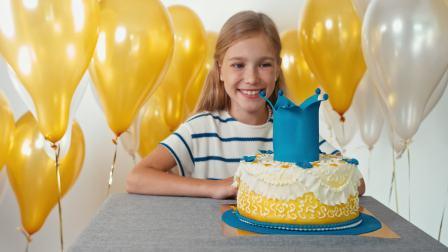Y-1968-女孩正在欣赏她的生日蛋糕高清视频