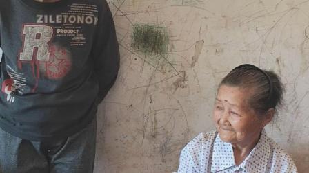 80岁奶奶跟孙女开视频,听不见孙女讲话,只要能看见她就行