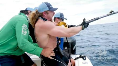 肌肉男vs大石斑,蛮力遛大鱼,钓鱼是技术活还是体力活?