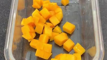 芒果还可以和牛奶这样吃,非常弹呀,爽口的芒果牛奶冻