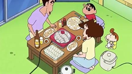 蜡笔小新:小新帮妈妈擀饺子皮,硬生生擀出一张披萨.mp4