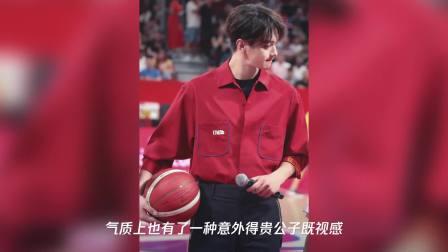 许凯现身篮球世界杯,红衣造型惊艳,果然腿长任性