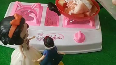 宝宝喜欢玩具:妈妈给白雪果冻吃