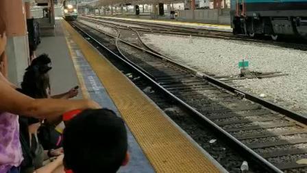美国铁路列车进站