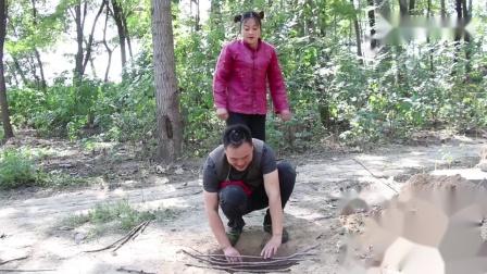 二货挖坑做陷阱套路村妹,没想到自己却掉进去了,村妹反应太逗了