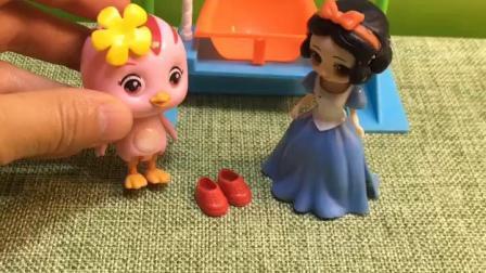 女巫拿走白雪的鞋子送贝尔,包警长帮白雪寻找,从女巫手中拿回了小红鞋!
